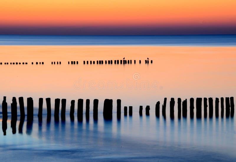 Изумительный заход солнца над морем балюстрад стоковые изображения rf