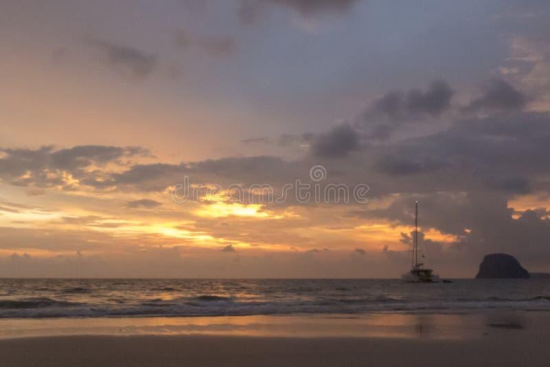 Изумительный заход солнца на острове Mook Koh, южном Таиланде стоковые изображения