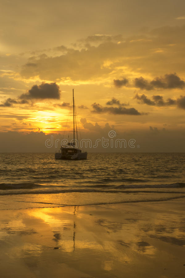 Изумительный заход солнца на острове Mook Koh, южном Таиланде стоковые фото