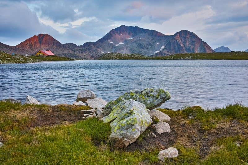 Изумительный заход солнца на пике Kamenitsa и озере Tevno, горе Pirin стоковые изображения rf