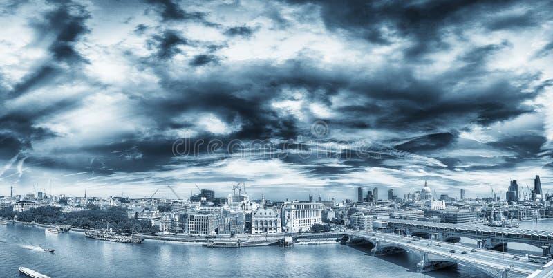 Изумительный панорамный взгляд Лондона на заходе солнца, Великобритании стоковые изображения rf
