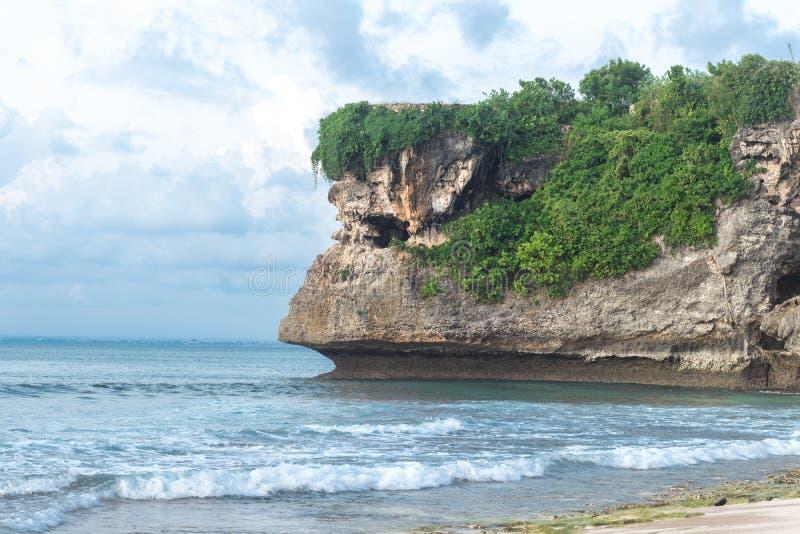 Изумительный пейзаж пляжа Balangan, Бали, Индонезии день солнечный Гора на предпосылке стоковые фотографии rf