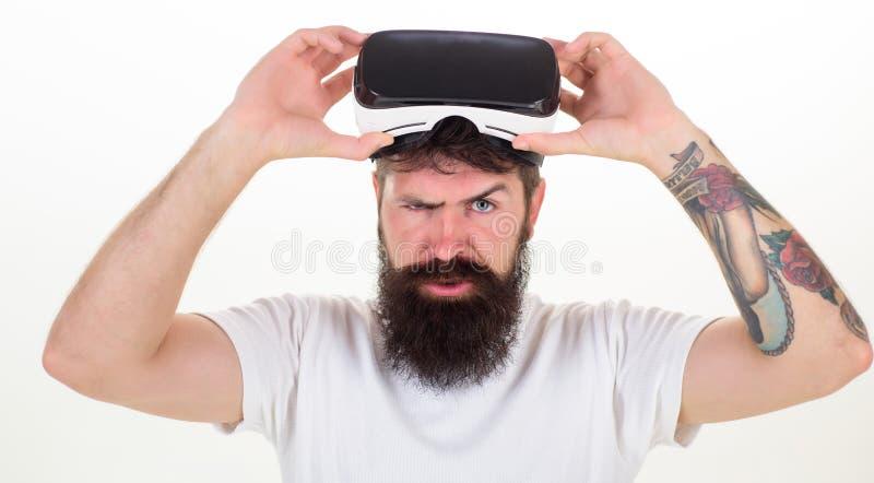 Изумленные взгляды виртуальной реальности человека нося в белой предпосылке Портрет изумленных взглядов vr молодого человека нося стоковые изображения
