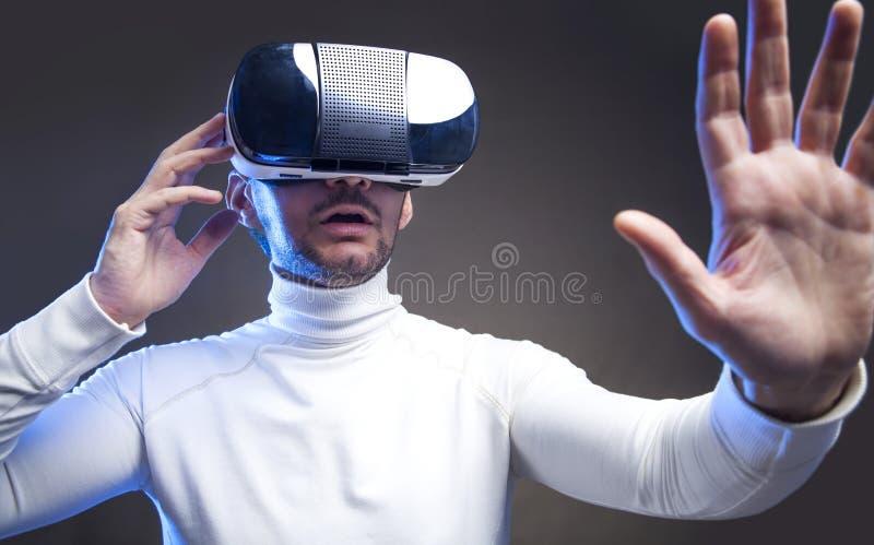 Изумленные взгляды виртуальной реальности человека нося стоковое фото rf