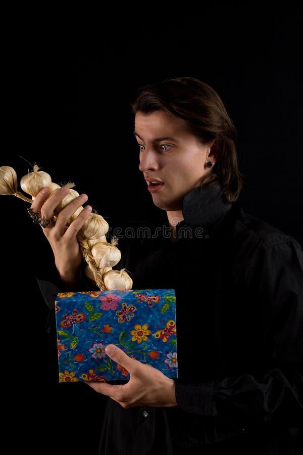 изумленный вампир съемки подарка коробки смешной стоковое изображение