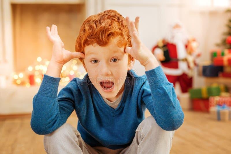 Изумленный ребенок имбиря не может верить его глазам стоковые фотографии rf