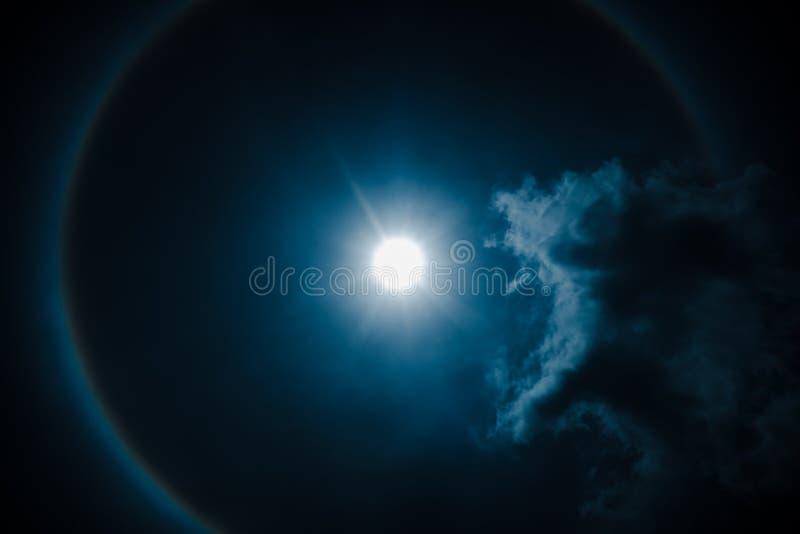 изумлять вокруг ночи астрономической яркой луны венчика влияния загадочной над небом кольца явления Небо Nighttime и яркое полнол стоковая фотография rf