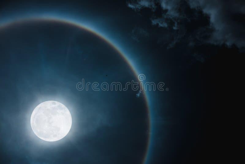 изумлять вокруг ночи астрономической яркой луны венчика влияния загадочной над небом кольца явления Небо Nighttime и яркое полнол стоковые изображения rf