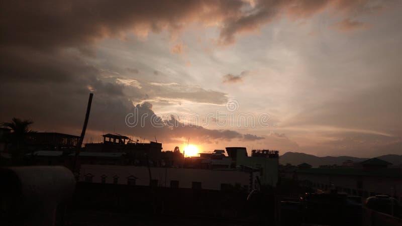 Изумлять выравнивающ взгляд захода солнца от моего общежития с естественными солнцем и облаком стоковые изображения rf