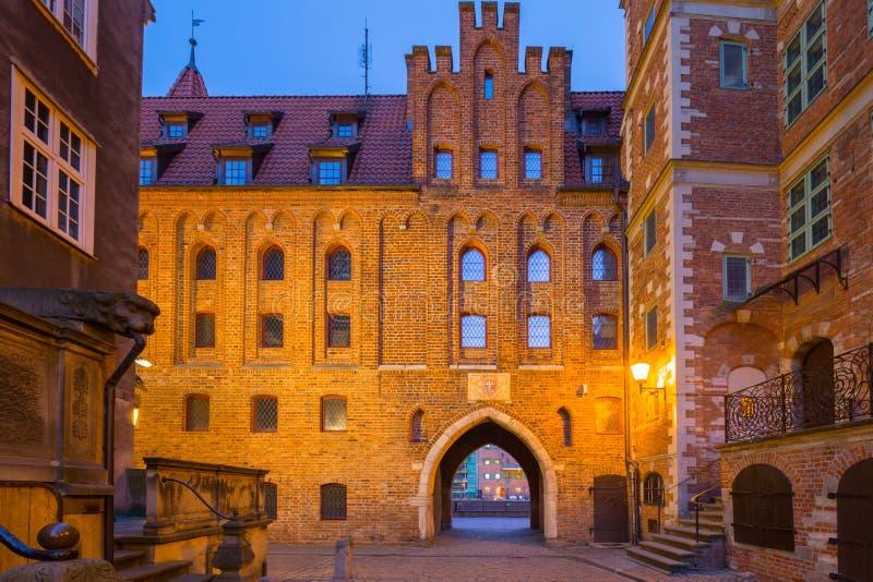 Изумляя архитектура улицы Mariacka в старом городке в Гданьск вечером, Польша стоковые фото