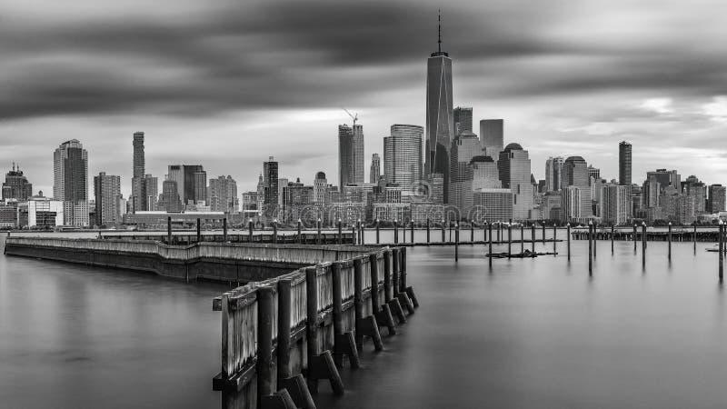 изумляя взгляд более низкий Манхэттен, финансовый район с заходом солнца, Нью-Йорк стоковые изображения rf
