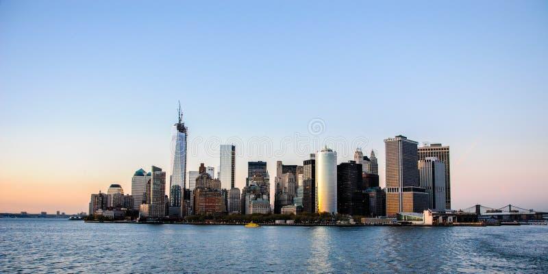 Изумляя взгляд горизонта юга Манхэттена в Нью-Йорке, на заходе солнца Сфотографированный в пути к острову Staten стоковые фото