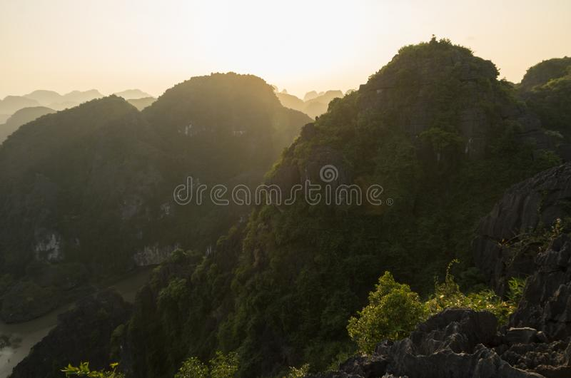 Изумляя взгляд панорамы известковых скал и горных вершин от виска M.U.A. вида на вечере ninh Вьетнам binh Ландшафты перемещения стоковое изображение rf