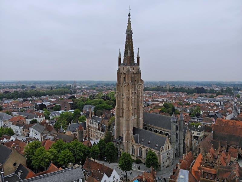 Изумляя взгляд сверху Настолько впечатляющий и красивый Brugge Средневековая история вокруг вас Увидеть для всего исследователя : стоковое фото rf