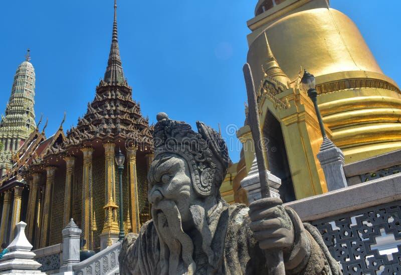 Изумляя взгляд статуи в Бангкоке стоковые фотографии rf