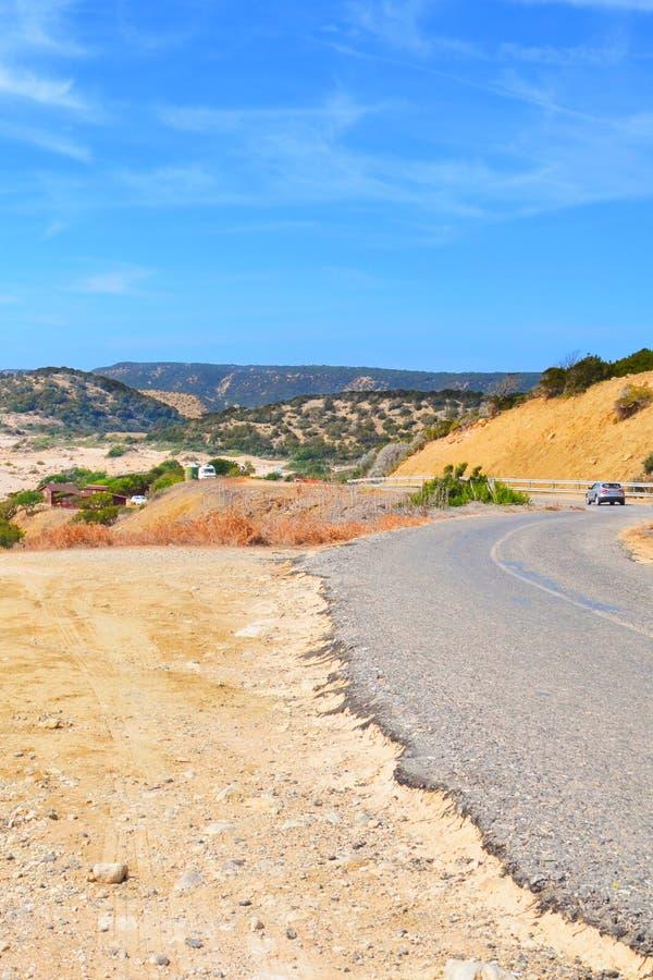 Изумляя взгляд сценарной дороги в красивом ландшафте удаленного полуострова Karpas, северного Кипра стоковое фото
