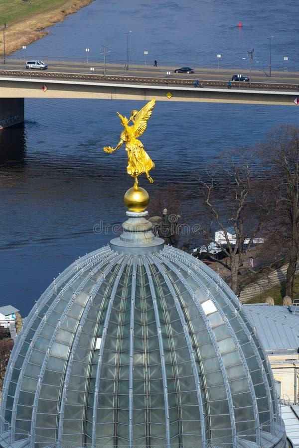 Изумляя вид с воздуха Дрездена с рекой Эльбой и Kunstakademie - академией художеств на солнечный весенний день стоковые изображения rf