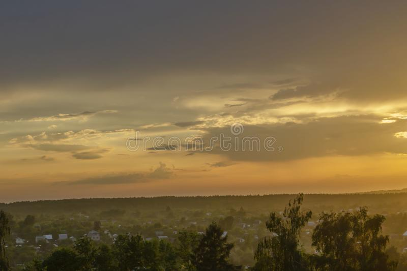 Изумляя вид с воздуха захода солнца вверх по сельской местности над лугом и деревьям с ослабляя атмосферой и красивыми лучами сол стоковое фото