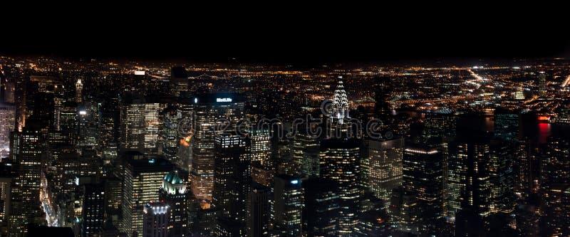 Изумляя вид с воздуха ночи NYC панорамный Район Манхэттена США стоковая фотография rf