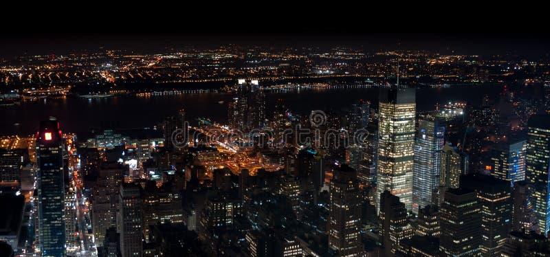 Изумляя вид с воздуха ночи NYC панорамный Район Манхэттена стоковые изображения rf