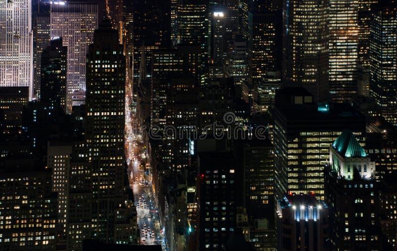 Изумляя вид с воздуха ночи NYC Район Манхэттена стоковое фото