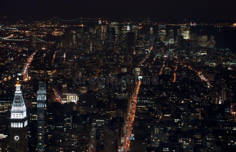 Изумляя вид с воздуха ночи NYC Район Манхэттена стоковые фотографии rf