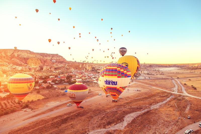 Изумляя восход солнца над Cappadocia Красочные горячие воздушные шары стоковое фото rf
