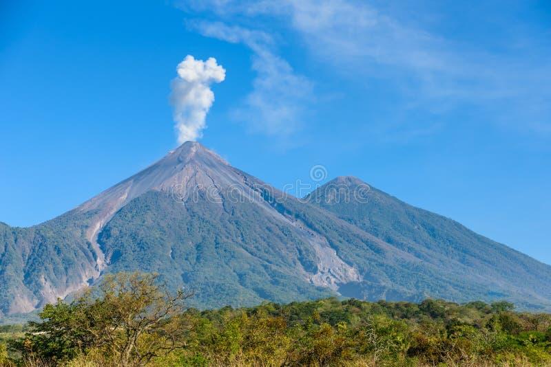 Изумляя вулкан El Fuego во время извержения на левой стороне и вулкан на праве, взгляд Acatenango от Антигуы, Гватемалы стоковые фото