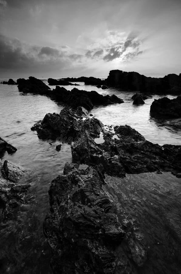 Изумляя горные породы на пляже Pandak, Terengganu в черно-белом monochrome методе из стоковые изображения rf