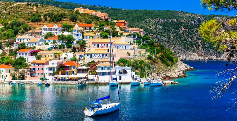 Изумляя Греция - живописная красочная деревня Assos в Kefalonia стоковые фотографии rf