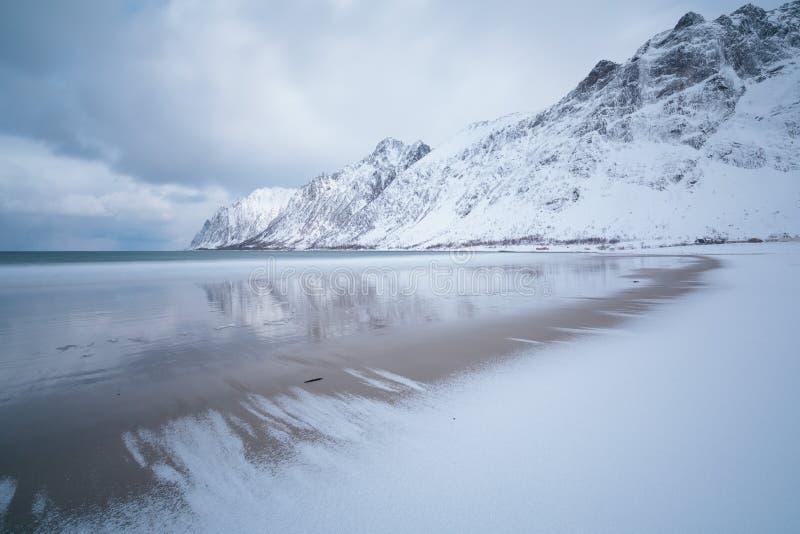 Изумляя день в горах и фьордах, ландшафт зимы, Норвегия заволакивает н стоковое изображение
