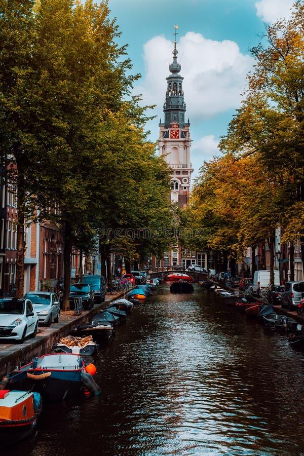 Изумляя канал Groenburgwal в Амстердаме с церковью Zuiderkerk Soutern на заходе солнца в осени стоковые фотографии rf