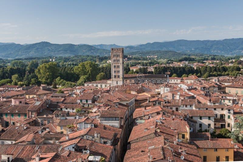 Изумляя красные крыши Лукки на Тоскане в Италии стоковое фото
