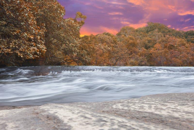 Изумляя красота азиатского заповедника Phuwua водопада Chet Si природы в парке нации Bungkan Таиланда стоковые фотографии rf