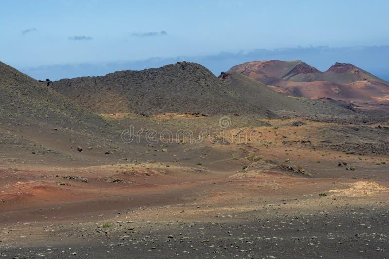 Изумляя кратер в вулканическом ландшафте национального парка Timanfaya, Лансароте, Канарских островов стоковое фото