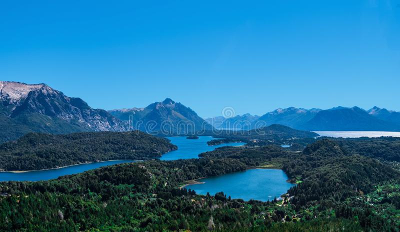 Изумляя ландшафт гор озер и Анд стоковая фотография