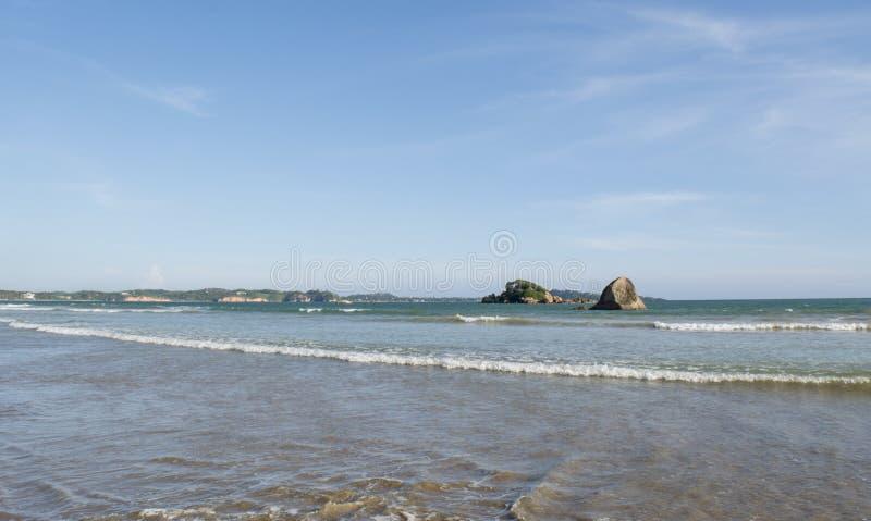 Изумляя ландшафт океана на красивом тропическом пляже в городке Weligama стоковые фото