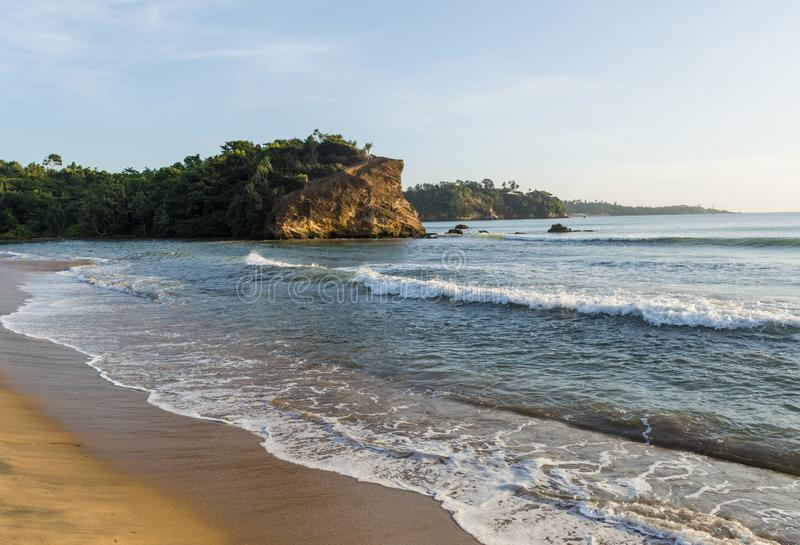 Изумляя ландшафт океана на тропическом пляже в городке Weligama стоковое изображение rf