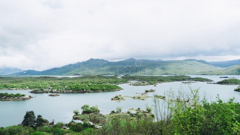 Изумляя ландшафт природы, Slano или jezero в Черногории около Niksic, сценарный панорамный вид с воздуха Slansko озера Solt, на о стоковые фото