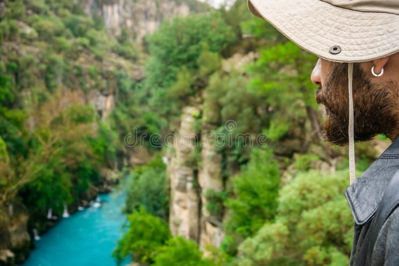 Изумляя ландшафт реки от каньона Koprulu в Manavgat, Анталье, Турции Человек наблюдая реку стоковое изображение rf