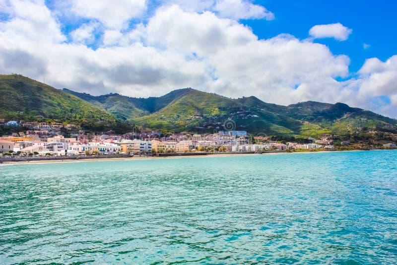Изумляя ландшафт с Tyrrhenian побережьем сицилийским городом Cefalu Красивая небольшая деревня один из главного туриста стоковое фото