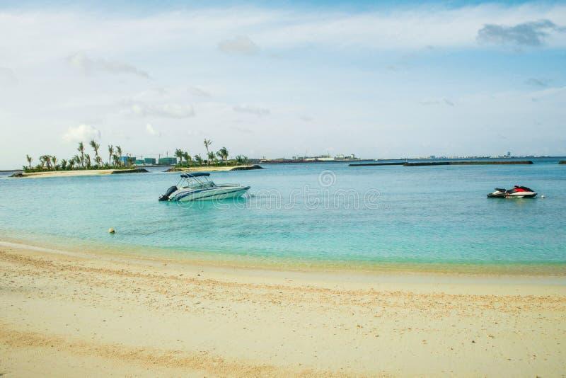 Изумляя остров в Мальдивах, красивых водах бирюзы и белом песчаном пляже с предпосылкой голубого неба на праздник стоковое фото