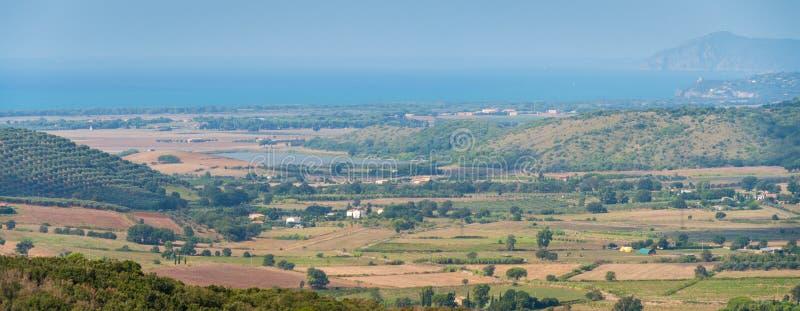 Изумляя панорама с береговой линией Тосканы, от городских стен Capalbio Провинция Гроссето, Италии стоковые фото
