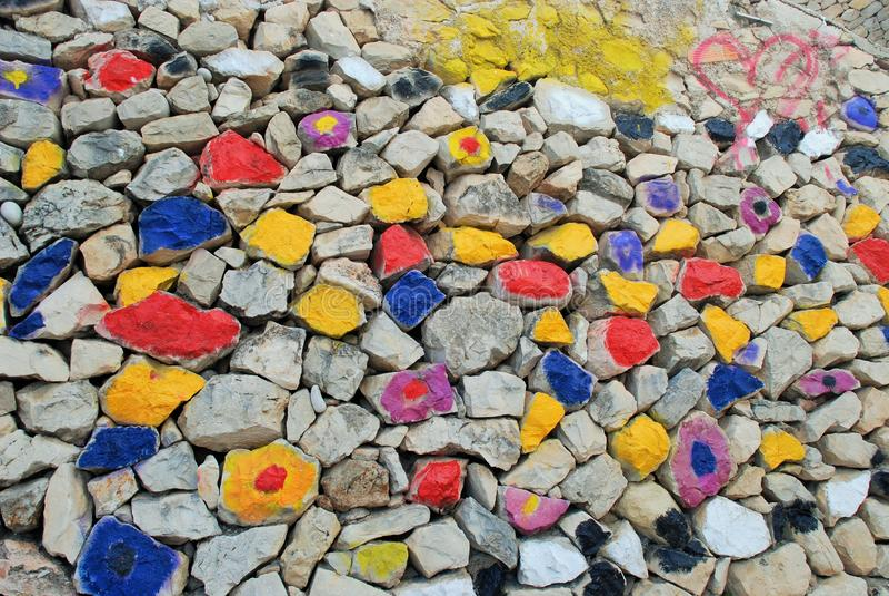 Изумляя покрашенная стена камней: голубой, желтый, красный, черный, серый, фиолетовый стоковые изображения