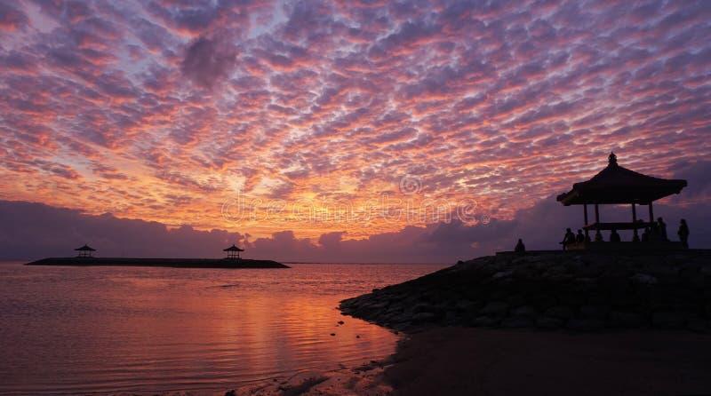 Изумляя предпосылка цветов восхода солнца захода солнца Драматические красочные предпосылки неба Отражение на воде Красивый пляж  стоковое фото rf
