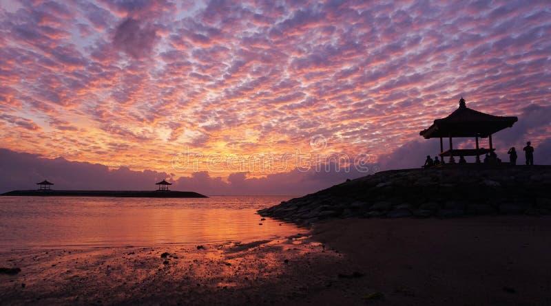 Изумляя предпосылка цветов восхода солнца захода солнца Драматические красочные предпосылки неба Отражение на воде Красивый пляж  стоковое фото