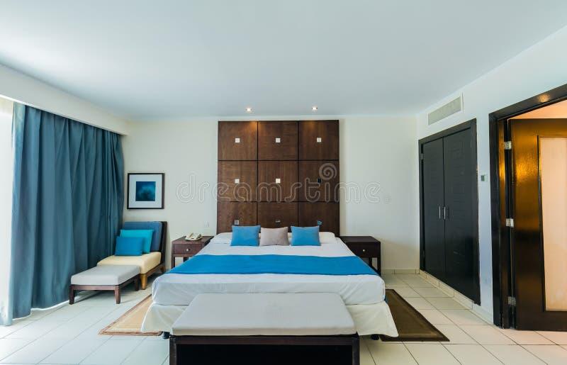 Изумляя приглашая взгляд золотой гостиницы тюльпана, уютного внутреннего гостиничного номера размещещния стоковое фото rf