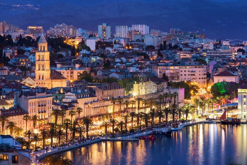 Изумляя разделенная панорама портового района города на голубом часе, Далмации, Европе Римский дворец императора Diocletian и баш стоковые изображения