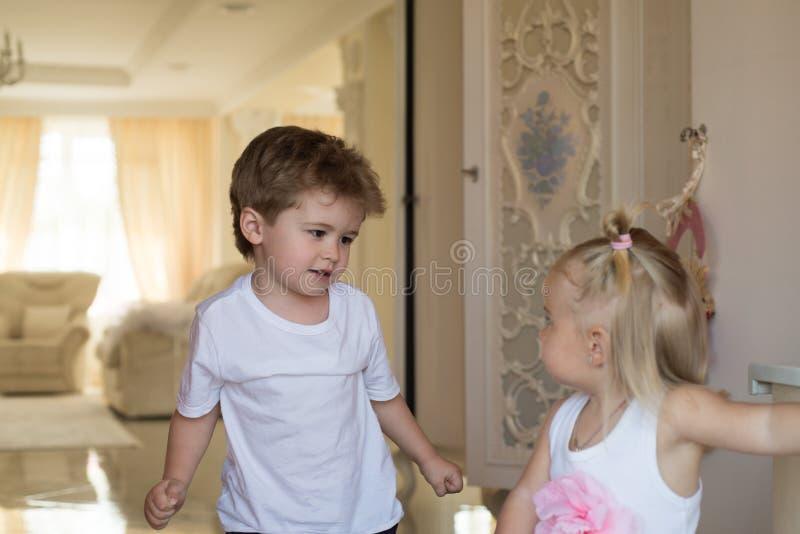 Изумляя салон красоты волос Небольшие дети со стильными стилями причесок Небольшие мальчик и девушка со светлыми волосами Брат и стоковые изображения rf