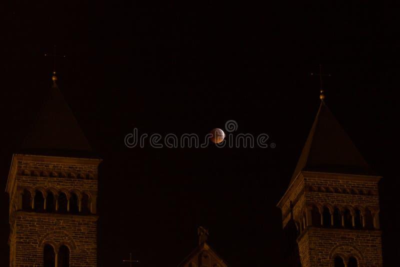 Изумляя супер луна волка крови над церковью стоковые изображения rf